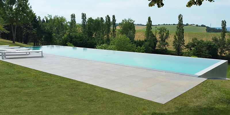 Everblue piscine d bordement par atoll piscines for Piscine everblue