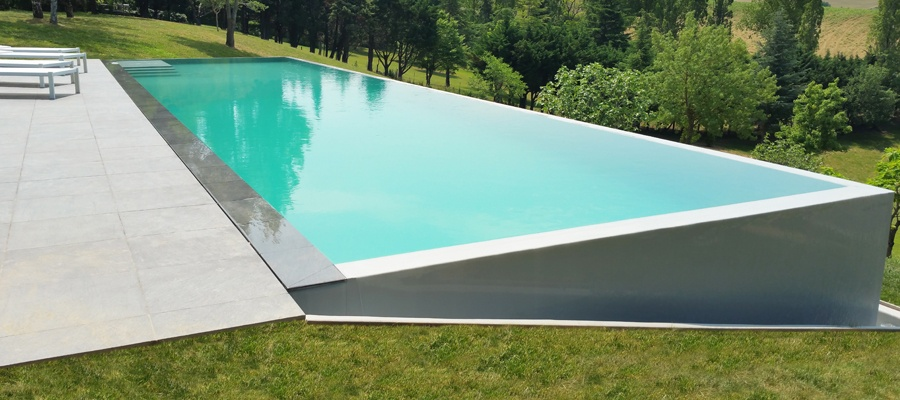 Piscine miroir r alis e par atoll piscines everblue for Piscine a debordement miroir